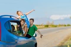 szczęśliwi dzieciaki w samochodzie, rodzinna wycieczka, wakacje podróż zdjęcie stock