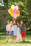 Szczęśliwi dzieciaki z balonami przy lata przyjęciem urodzinowym Obrazy Royalty Free
