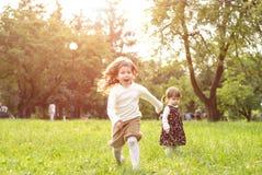 Szczęśliwi dzieciaki zabawę outdoors w parku Zdjęcia Royalty Free