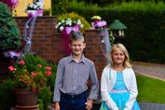 Szczęśliwi dziecko bliźniacy dziewczyna i chłopiec zdjęcia stock