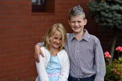 Szczęśliwi dziecko bliźniacy dziewczyna i chłopiec plenerowi - zdjęcie stock