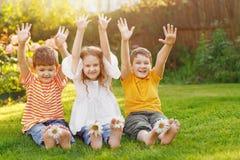 Szczęśliwi dziecko przyjaciele w lato parku Obrazy Royalty Free