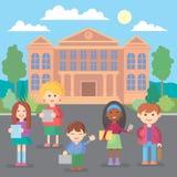 Szczęśliwi dziecko w wieku szkolnym stoi przed budynkiem szkoły zdjęcia royalty free