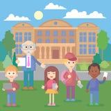 Szczęśliwi dziecko w wieku szkolnym stoi przed budynkiem szkoły obrazy stock