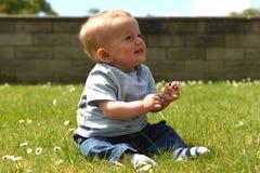 Szczęśliwi dziesięć miesiąc starej chłopiec siedzących puszków outdoors Zdjęcie Royalty Free