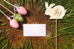 Szczęśliwi Easter sztuczni eags z królika drewnianym backgroung Obrazy Royalty Free