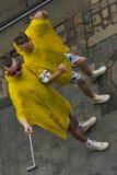 Szczęśliwi faceci robią selfy w jaskrawym odziewają Fotografia Stock