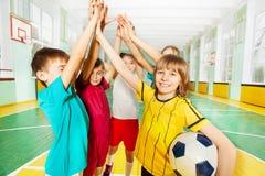 Szczęśliwi futbolowi zwycięzcy daje wysokości pięć wpólnie Zdjęcia Stock