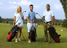 Szczęśliwi golfiści z grać w golfa zestaw Fotografia Royalty Free