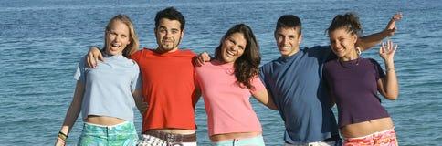 szczęśliwi grup koszula t nastolatki Obrazy Stock