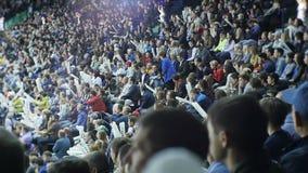 Szczęśliwi hokejowych fan tłumu otuchy ogromni sportowowie na trybunach zbiory wideo
