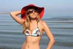 szczęśliwi kapeluszowi czerwoni swimsuit kobiety potomstwa Obraz Royalty Free