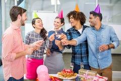 Szczęśliwi kierownictwa świętuje ich kolegów urodzinowych Zdjęcie Royalty Free