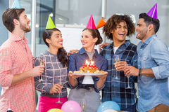 Szczęśliwi kierownictwa świętuje ich kolegów urodzinowych Zdjęcia Stock