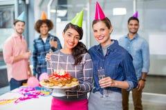 Szczęśliwi kierownictwa świętuje ich kolegów urodzinowych Zdjęcie Stock
