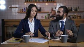Szczęśliwi klienta podpisywania terminy nieruchomość kontrakt zbiory