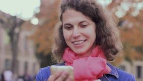 Szczęśliwi kobiet spojrzenia w telefon zbiory wideo