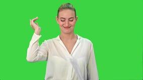 Szczęśliwi kobieta kona rzutów i projekta świstki papier na Zielenieją ekran, Chroma klucz zbiory