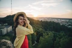 Szczęśliwi kobieta stojaki na wierzchołku wzgórze Zdjęcia Royalty Free