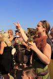 Szczęśliwi kobiety filiżanki zwycięzcy Folkestone Anglia Obrazy Royalty Free