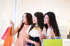Szczęśliwi kobiety grupy mienia torba na zakupy Obraz Stock