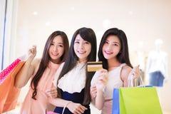 Szczęśliwi kobiety grupy mienia torba na zakupy Fotografia Stock