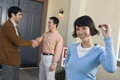 Szczęśliwi kobiety mienia domu klucze Obraz Royalty Free