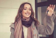 Szczęśliwi kobiety mienia klucze od jej nowego mieszkania obraz stock