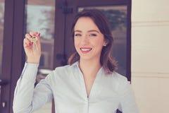 Szczęśliwi kobiety mienia klucze od nowego mieszkania Fotografia Stock
