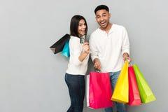 Szczęśliwi kochający pary mienia torba na zakupy i kredytowa karta Fotografia Royalty Free