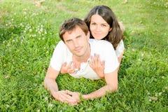 Szczęśliwi kochający potomstwa dobierają się outdoors relaksować zdjęcia stock