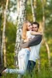 Szczęśliwi kochankowie ściska w brzoza gaju zdjęcia stock