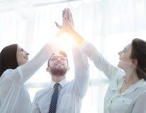 Szczęśliwi koledzy daje each inny wysocy pięć Zdjęcia Royalty Free