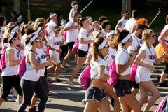 Szczęśliwi ludzie biega przy koloru bieg Obrazy Stock