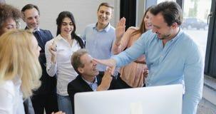 Szczęśliwi ludzie biznesu drużynowego dyskutuje pomyślnego projekta, uśmiechnięty szef daje wysokości pięć koledzy zbiory