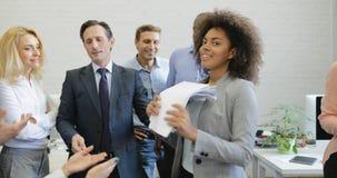 Szczęśliwi ludzie biznesu grupowego dopingu dobrego rezultata studing raporty na spotkaniu, drużyna biznesmenów dyskutować zdjęcie wideo