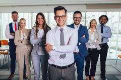 Szczęśliwi ludzie biznesu i firma personel w nowożytnym biurze, reprezentuje firmy Selekcyjna ostro?? zdjęcia stock