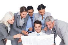 szczęśliwi ludzie biznesu patrzeje gazetę Zdjęcie Stock