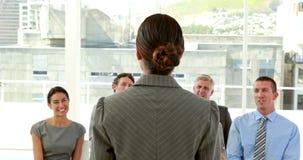 Szczęśliwi ludzie biznesu patrzeje kamerę podczas prezentaci zdjęcie wideo