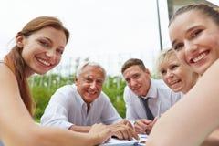 Szczęśliwi ludzie biznesu podczas spotykać outdoors Zdjęcie Royalty Free