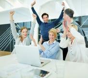 Szczęśliwi ludzie biznesu rozwesela w biurze zdjęcia stock