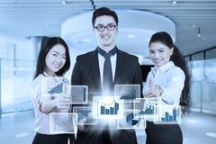 Szczęśliwi ludzie biznesu z wirtualnym biznesowym przyrostem Obrazy Royalty Free