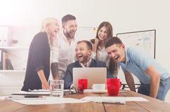 Szczęśliwi ludzie biznesu zespalają się wpólnie zabawę w biurze zdjęcia stock