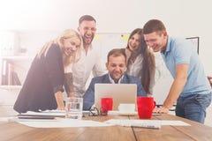 Szczęśliwi ludzie biznesu zespalają się wpólnie zabawę w biurze Zdjęcia Royalty Free