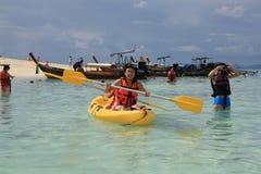 Szczęśliwi ludzie kayaking i snorkeling Zdjęcia Royalty Free