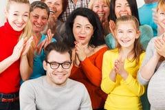 Szczęśliwi ludzie klasczą ich ręki. Obrazy Royalty Free