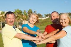 Szczęśliwi ludzie pokazuje jedność Zdjęcia Royalty Free