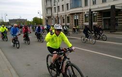 Szczęśliwi ludzie różni wieki uczestniczą w roweru falowaniu i przejażdżce przy kamerą obraz stock