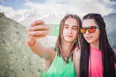 Szczęśliwi ludzie robią selfie na telefonie komórkowym przy halny plenerowym Fotografia Stock