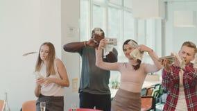 Szczęśliwi ludzie robi deszczowi z pieniądze Rozochoceni ludzie rzuca dolarowego banknot zdjęcie wideo